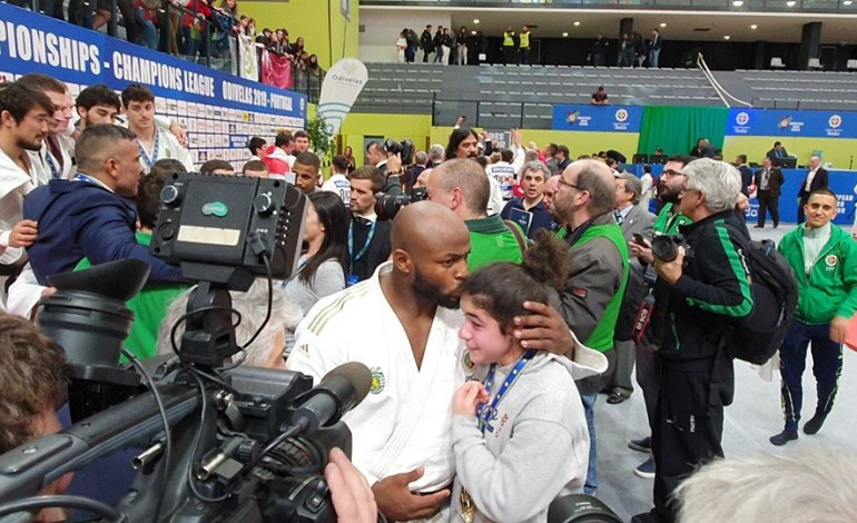 menina-do-girassol-recebe-de-jorge-fonseca-medalha-de-campeao-europeu