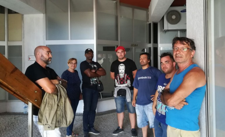dez-trabalhadores-da-empresa-de-limpezas-beyeva-reclamam-salarios-em-atraso-a-porta-da-firma-10633
