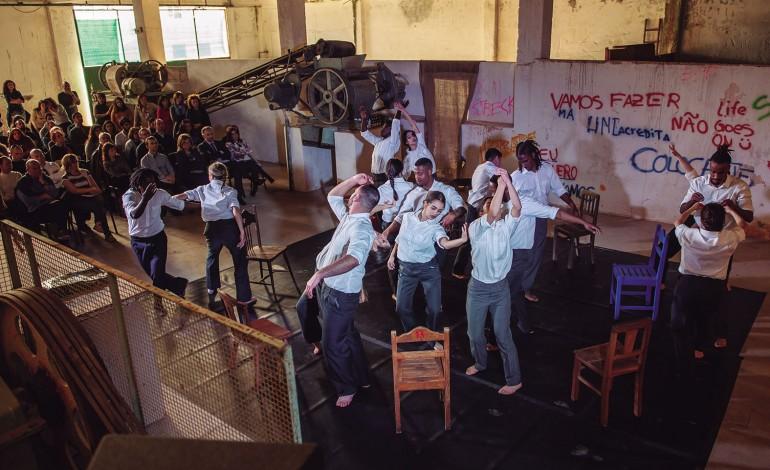 reclusos-de-leiria-escapam-da-prisao-recorrendo-a-danca-teatro-hip-hop-e-video-no-teatro-jose-lucio-da-silva