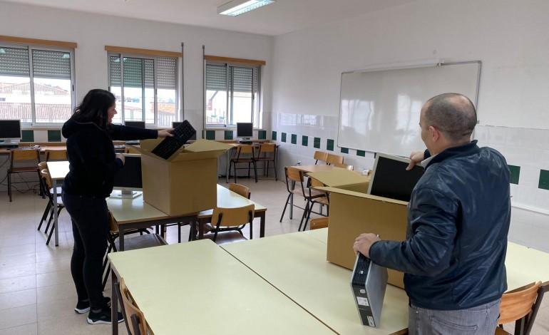 Computadores da escola estão a ser preparados para emprestar aos alunos