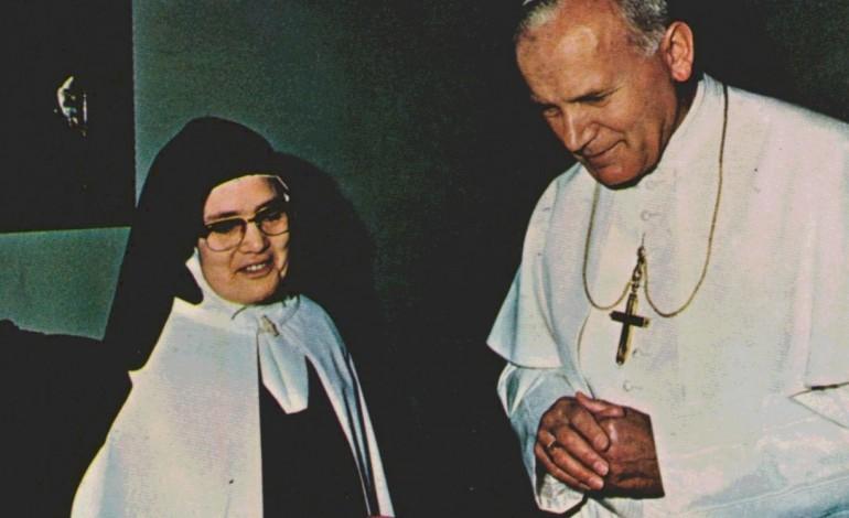 beatificacao-de-lucia-nas-maos-do-papa-5798