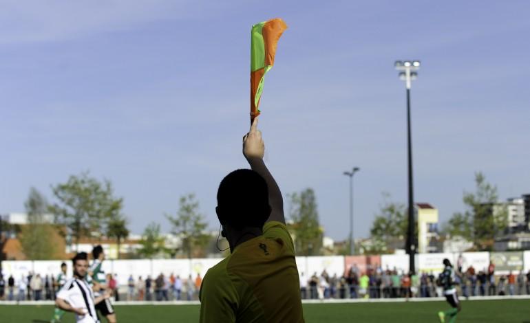agarrou-arbitro-pelos-colarinhos-e-fica-proibido-de-ir-a-recintos-desportivos