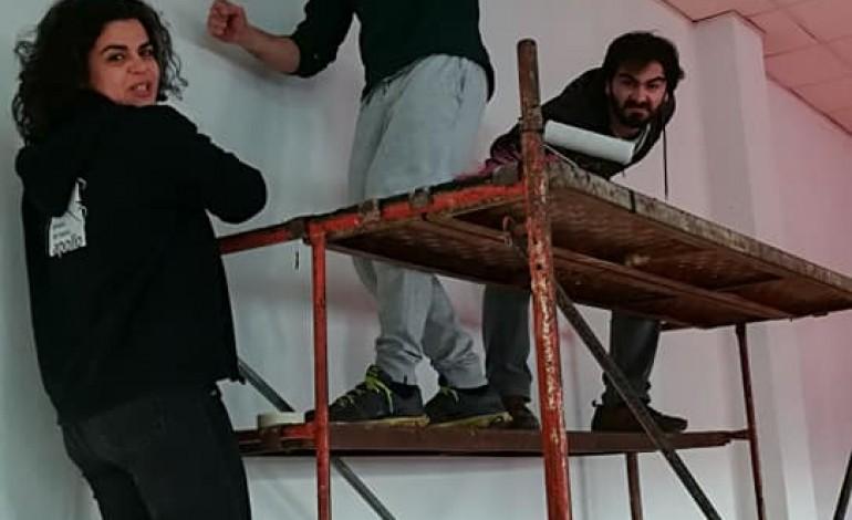 Actores desceram do palco para montarem um novo piso, tábua a tábua