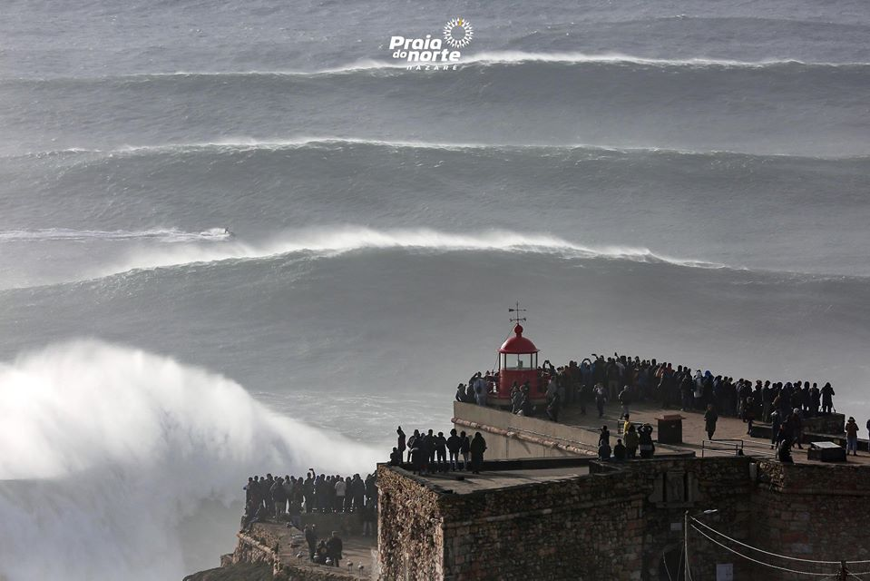 As imagens sempre incríveis de um dia de ondas grandes na Nazaré