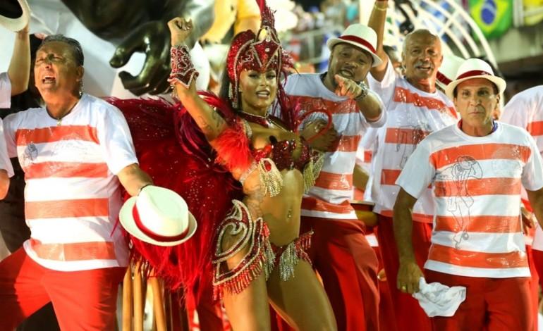 carnaval-de-verao-transforma-praia-do-pedrogao-em-sambodromo-9016