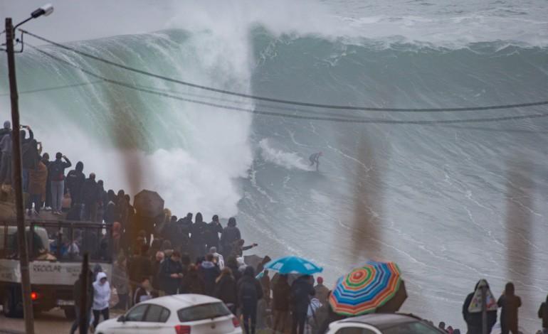 os-mais-corajosos-surfistas-surfam-as-maiores-ondas-esta-terca-feira-na-nazare