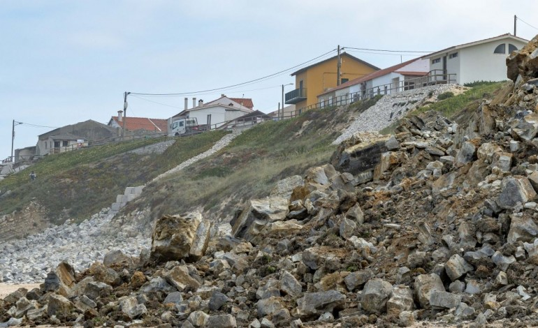 derrocadas-na-praia-de-agua-de-madeiros-assustam-moradores-10301