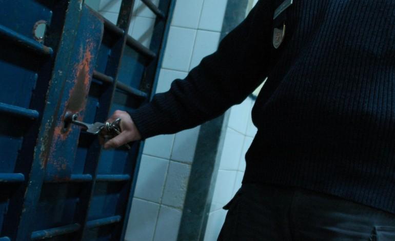 recluso-incendeia-cela-e-agride-dois-guardas-prisionais-7192