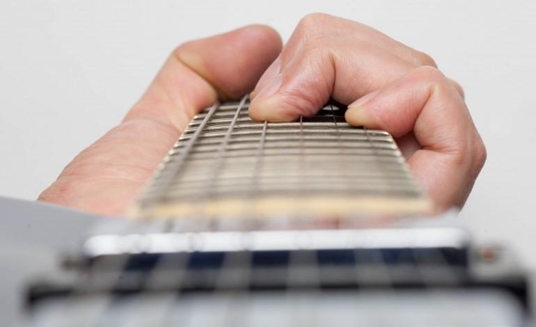 jovem-tocas-guitarra-junta-te-ao-mamute-2251