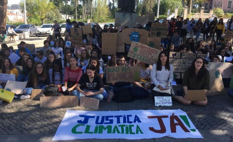 jovens-de-leiria-manifestam-se-em-frente-a-camara-a-favor-do-ambiente-10010