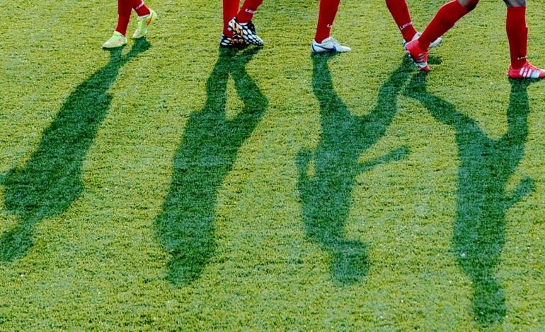 trinta-e-dois-futebolistas-em-situacao-irregular-notificados-a-sair-do-pais-9576
