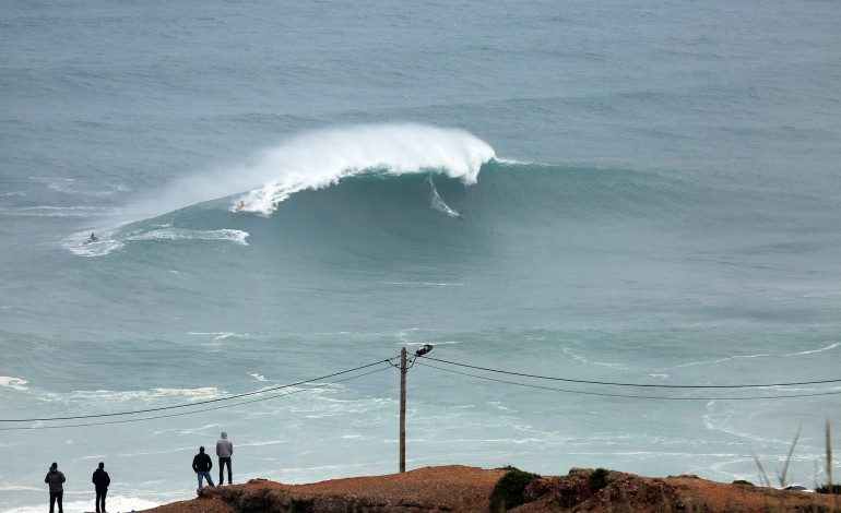 praia-do-norte-perspectivam-se-ondas-grandes-para-domingo-2593