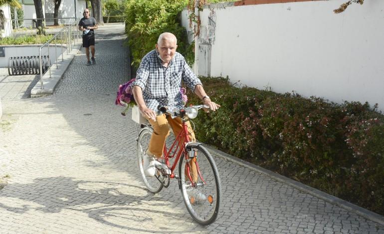 António Carvalho nunca teve carro ou motorizada. A bicicleta foi sempre o seu meio de transporte, usando, quando chove, o autocarro