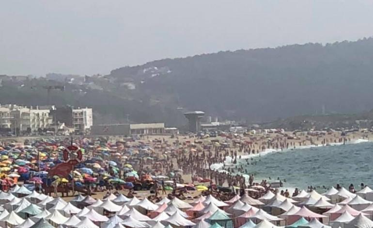 imagem-que-apresenta-a-praia-da-nazare-apinhada-pode-ser-enganadora