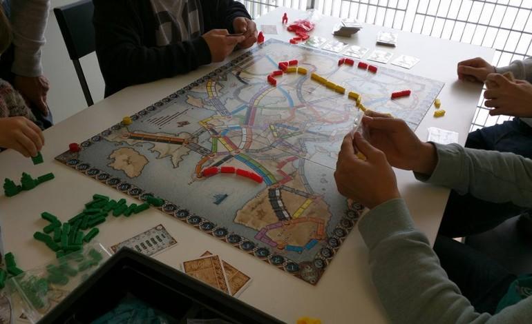 jogos-de-tabuleiro-usados-no-trabalho-com-reclusos-e-jovens-em-risco-6141